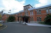 九州大学事務局本部と工学部本館